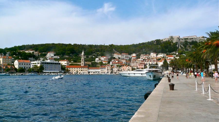Blick auf den Hafen von Hvar